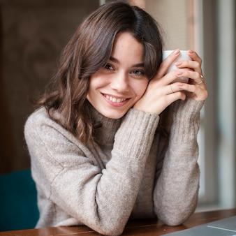 Портрет красивая женщина пьет кофе