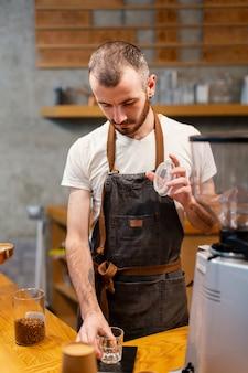 コーヒーショップで高角の男性労働者