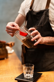 コーヒーを作るコーヒーショップ従業員