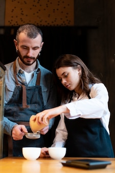 Владельцы кафе под низким углом работают