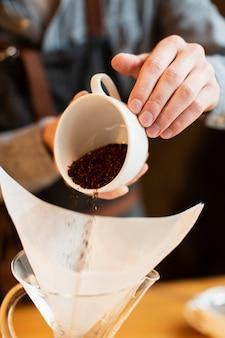 クローズアップの新鮮なコーヒーを準備