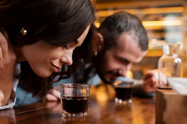 一杯のコーヒーの臭いがするカップルのクローズアップ