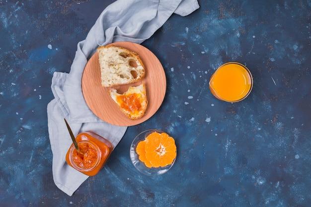 オレンジジュースとパンのジャム