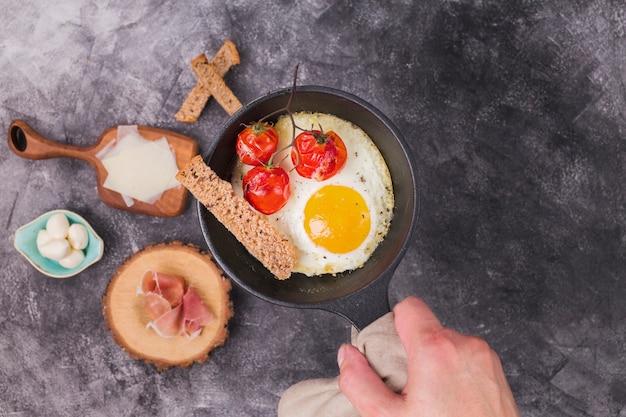 朝食においしいオムレツを閉じる