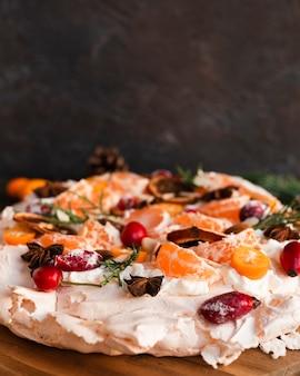 柑橘類で飾られたメレンゲのケーキのクローズアップ