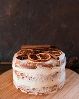 乾燥柑橘類とシナモンのトッピングとケーキ