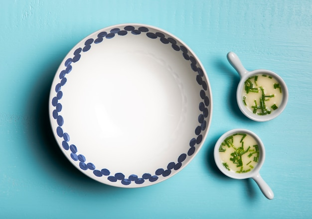 Плоский соус в тарелках и миске