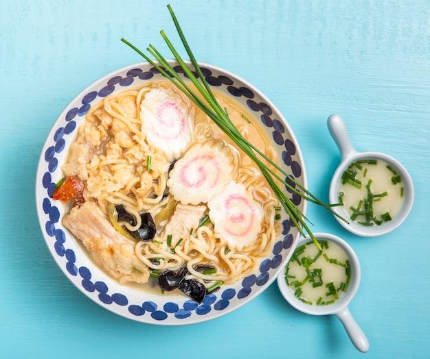 Плоский суп с раменом и блюдцами