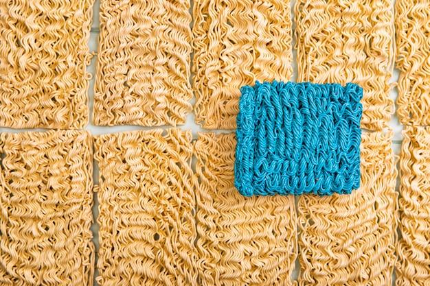 Плоский прокладочный рамэн с синей лапшой