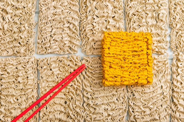 Плоская прокладка базового рамена с желтой лапшой