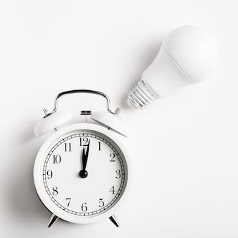 電球とレトロな時計