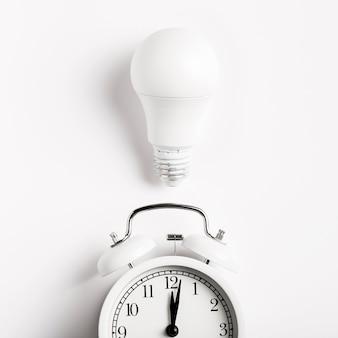 ヴィンテージ時計の上の電球