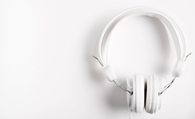 音楽用のモダンな白いヘッドフォン