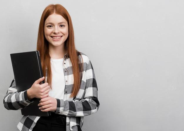 Вид спереди женщина держит ноутбук