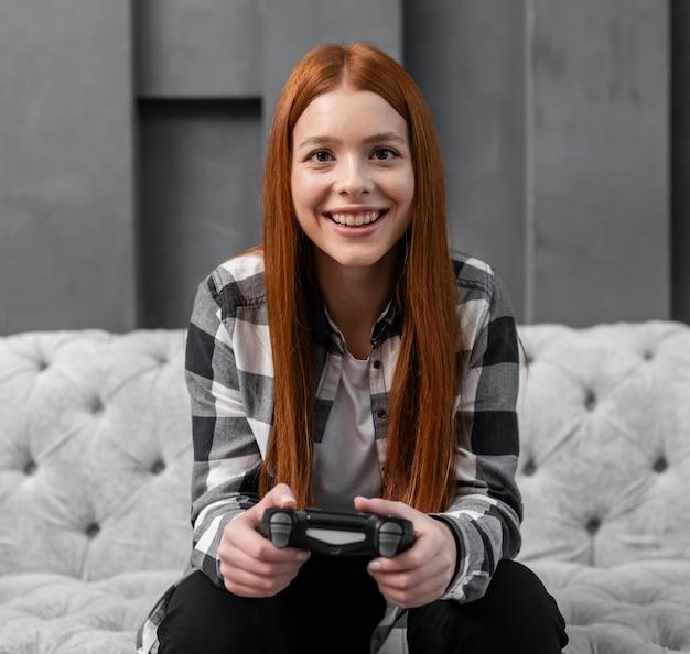 Женщина играет в видеоигры