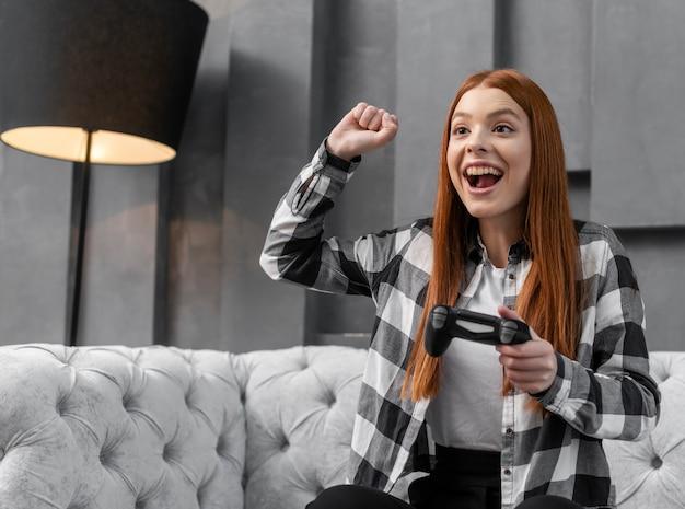 Радостная женщина играет в видеоигры