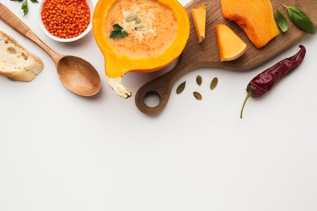 スライスしたカボチャレンズ豆とコピースペースと食材をフラットレイアウト