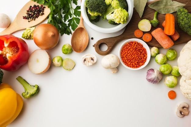 コピースペースを持つ野菜のトップビューミックス