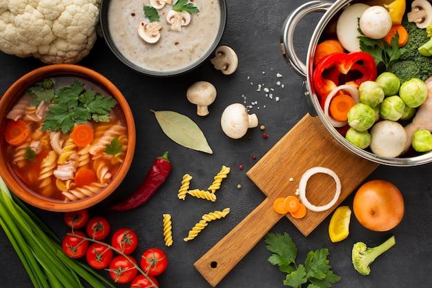 フジッリと野菜スープを鍋に平干し野菜