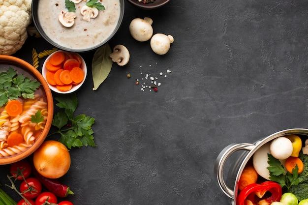 Овощной суп с мясом и бисквитной начинкой с фузилли и овощами в кастрюле с копией пространства