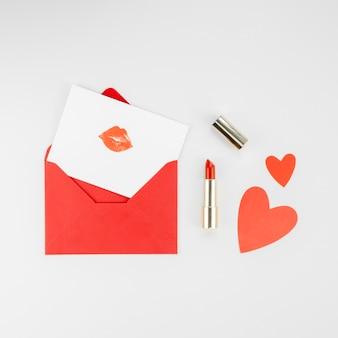 愛の封筒と口紅フラットレイアウト