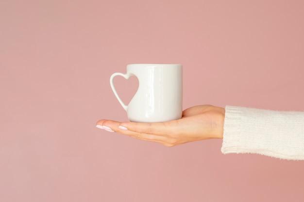 ハートハンドル付きの正面図マグカップ