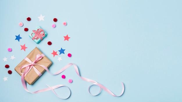 Подарок со звездами и помпонами