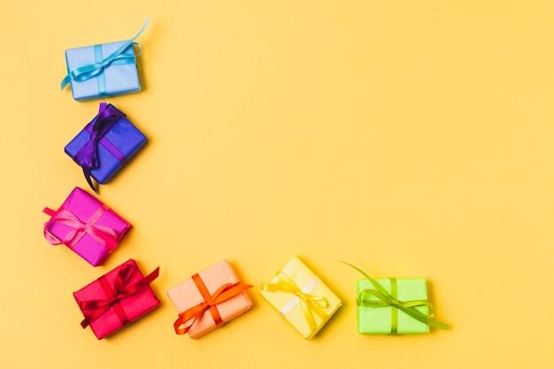 Вид сверху красочных подарочных коробок