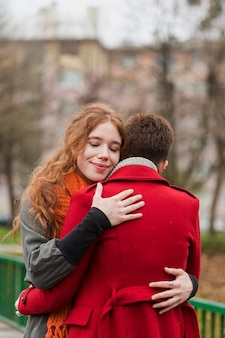 抱き合う愛らしい若い女性