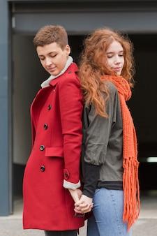 Сладкая молодая пара позирует вместе