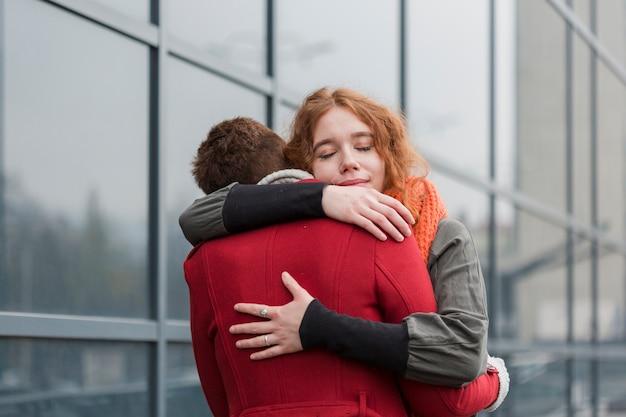 情熱を持って抱き締める愛らしい女性