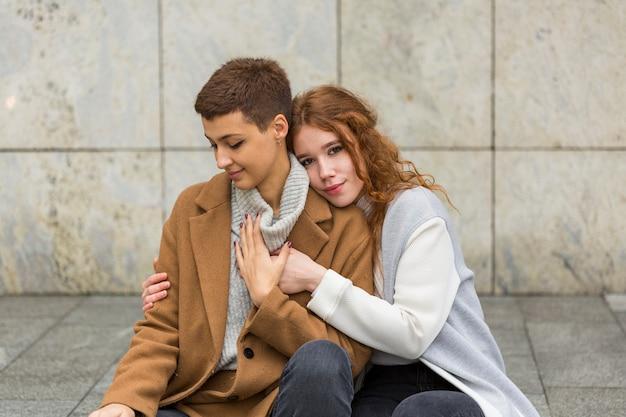 Милые молодые женщины вместе в любви