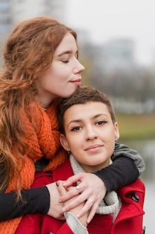 Крупным планом молодые женщины вместе в любви