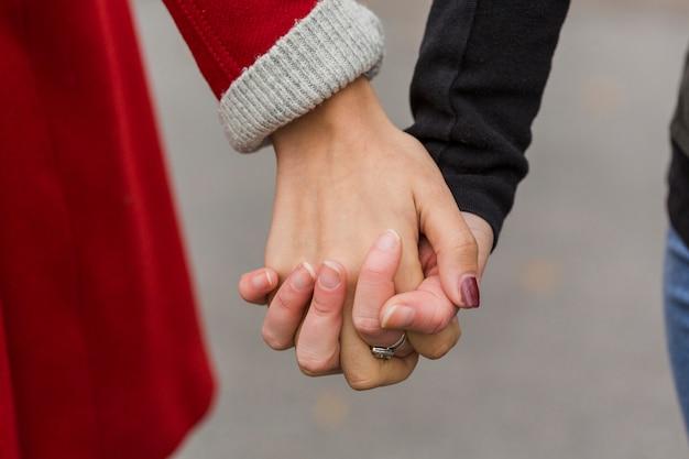 手を繋いでいるクローズアップ女性