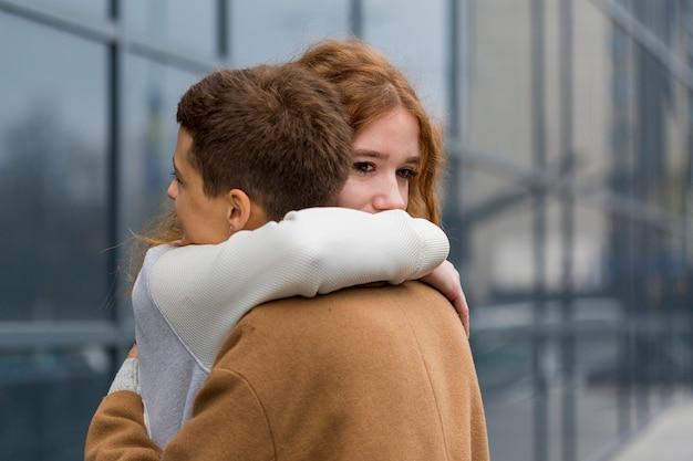 お互いを抱いてクローズアップ若い女性
