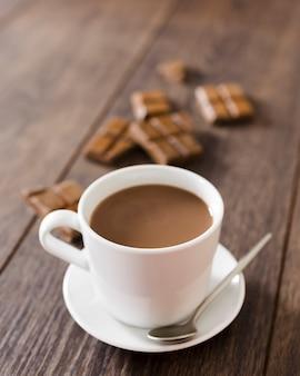 スプーンでホットチョコレートのカップ