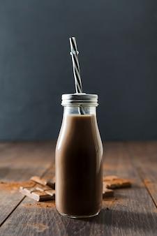 ストローでチョコレートミルクセーキのボトル
