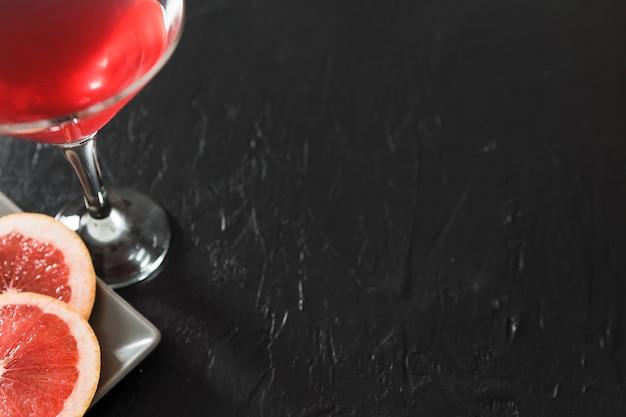 コピースペースとグレープフルーツカクテルのグラス