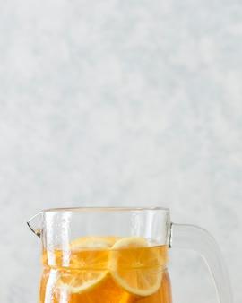 Крупный план верхней части стекла с дольками лимона