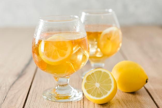 レモンと飲み物のグラス
