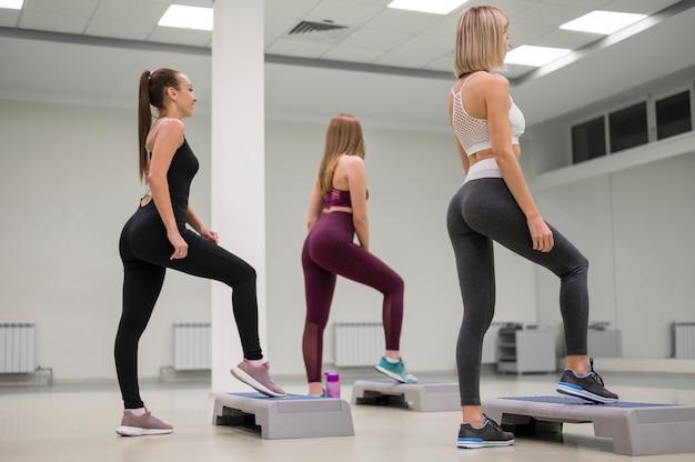 一緒に運動する若い女性