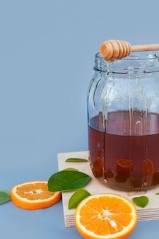 有機蜂蜜のクローズアップ瓶