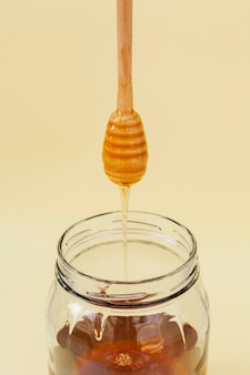 瓶に注ぐクローズアップ蜂蜜