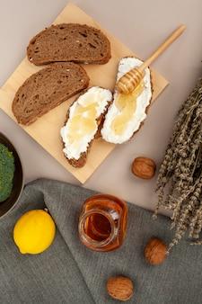 Вид сверху ломтики хлеба с сыром
