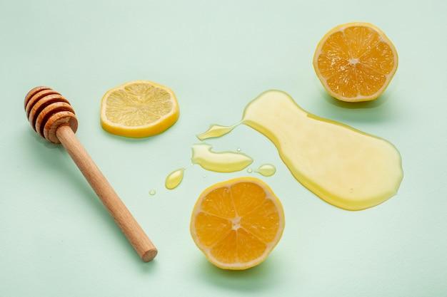 新鮮な蜂蜜とレモンスライスをクローズアップ