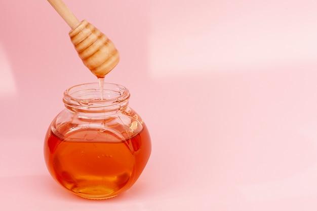 自家製の蜂蜜とクローズアップの瓶