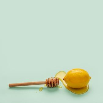 蜂蜜に覆われたクローズアップ有機レモン
