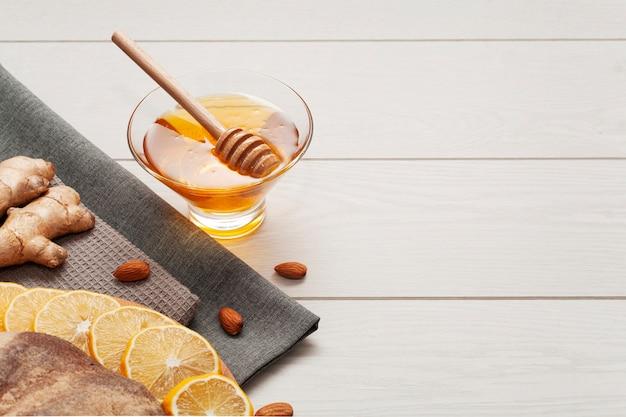 テーブルの上の自家製蜂蜜のクローズアップ