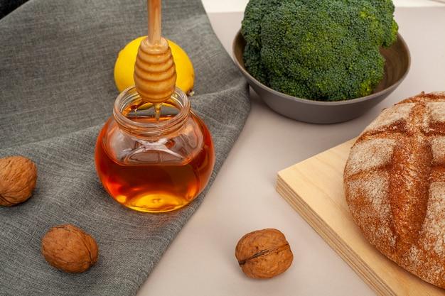 クローズアップの自家製パンと蜂蜜