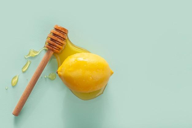 蜂蜜で覆われたクローズアップ有機レモン